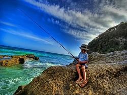 Foto di un bambino che pesca