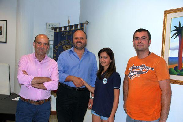 Federica, la campionessa, Massimo, l'allenatore con il sindaco ed il vicesindaco