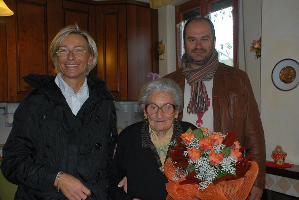 La centenaria con l'assessore Sorge e il consigliere Pasqualini