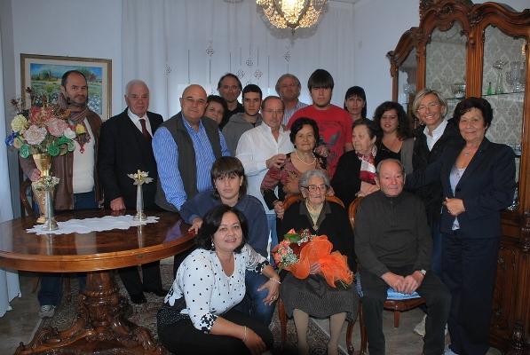 La centenaria con la famiglia, l'assessore Sorge e il consigliere Pasqualini