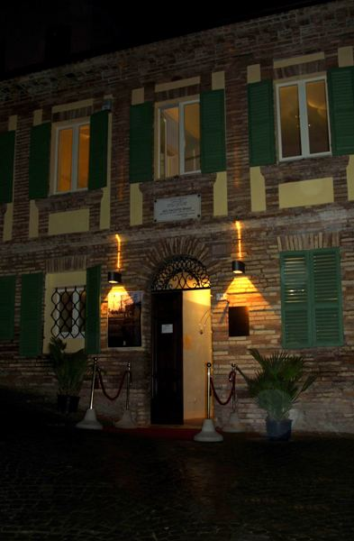 L'entrata illuminata in notturna