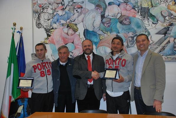 La premiazione degli atleti da parte del sindaco Gaspari e dell'assessore Curzi