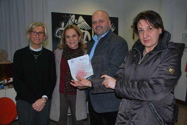 """Le responsabili di """"Save the Children"""" di San Benedetto consegnano la targa al Sindaco e all'assessore Sorge"""