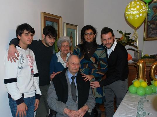 Giuseppe Di Saverio con i nipoti e la moglie Andreina