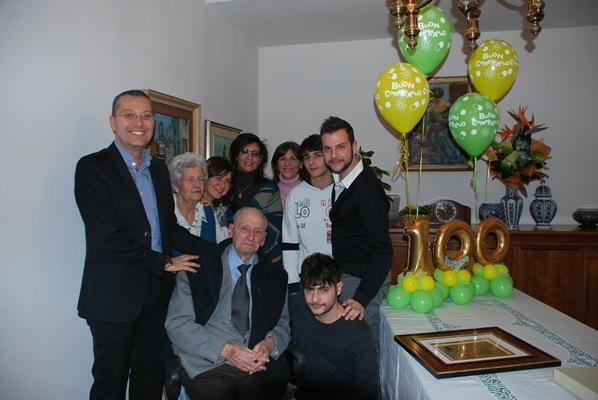 Giuseppe Di Saverio con i nipoti, la moglie Andreina e l'assessore Marco Curzi
