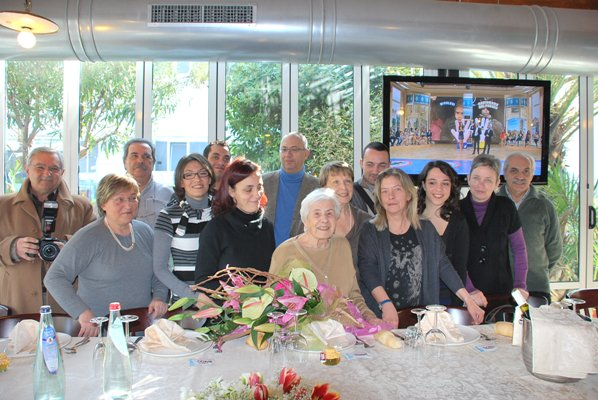 Lidia Mari con i nipoti e l'assessore Marco Curzi