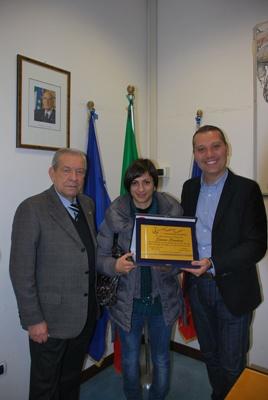 Laura Lardani premiata dall'Assessore Marco Curzi insieme a Umberto Urbinati