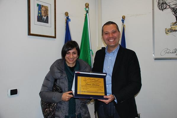 Laura Lardani premiata dall'Assessore Marco Curzi