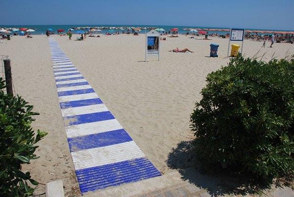 La passerella installata nella spiaggia libera di Porto d'Ascoli