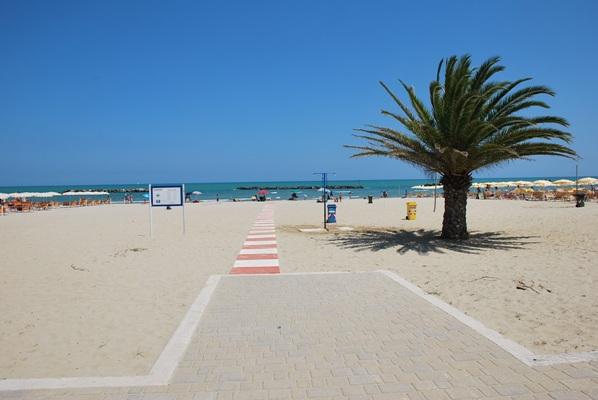 La passerella installata nella spiaggia libera di San Benedetto