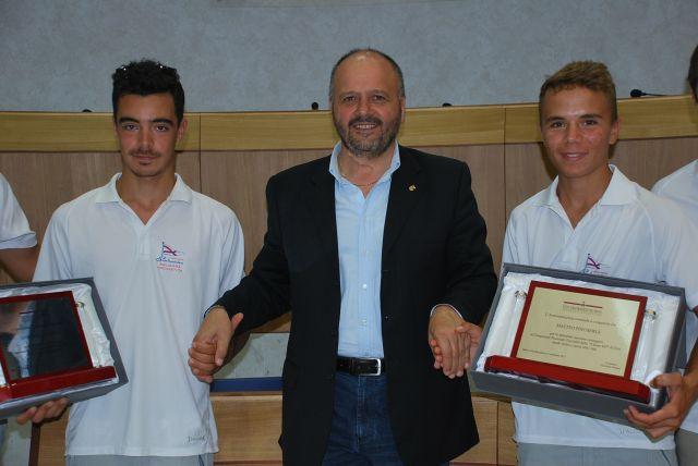 La premiazione dei due giovani velisti campioni d'Italia