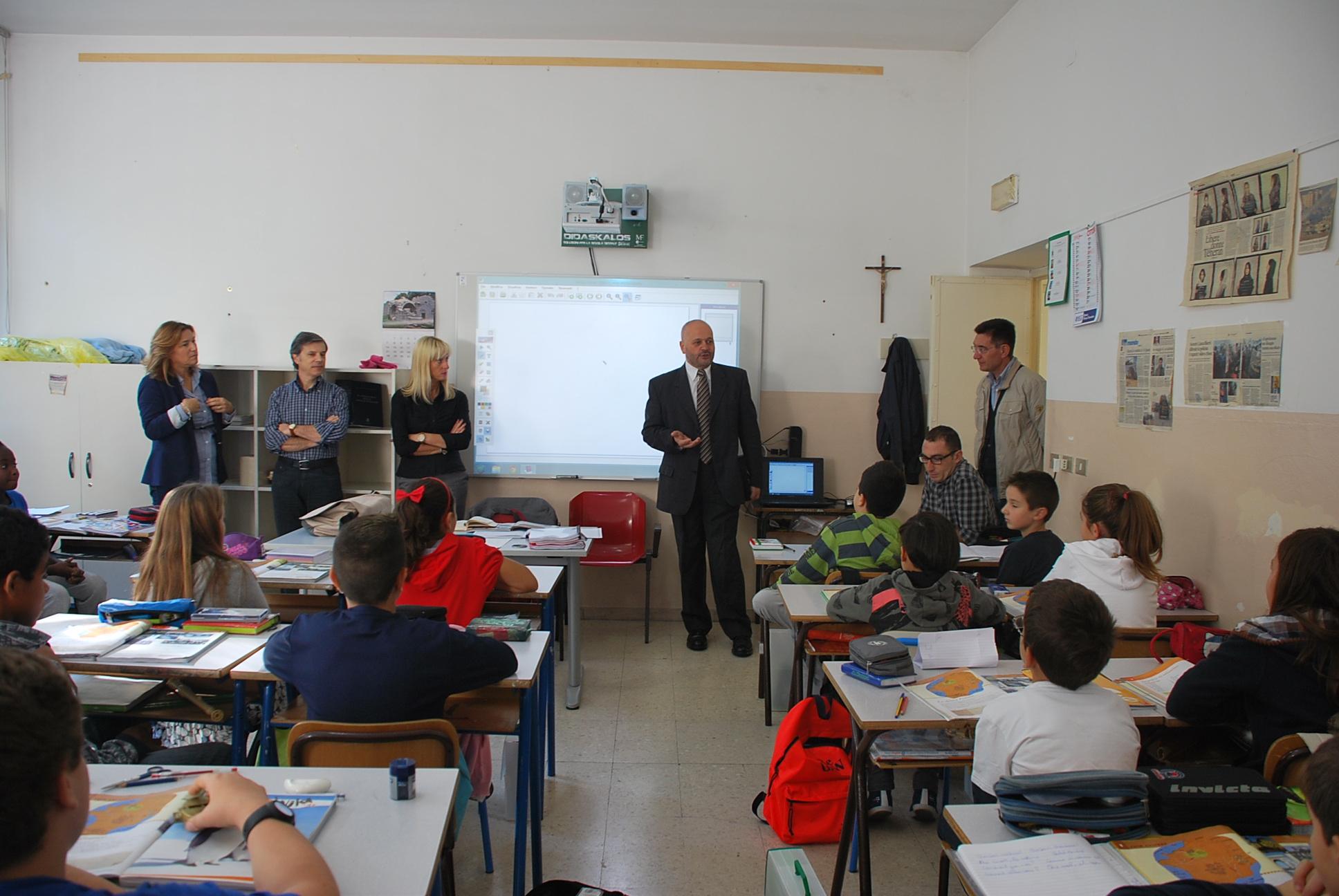 """Il Sindaco in visita alla scuola """"Curzi"""" di via Golgi"""