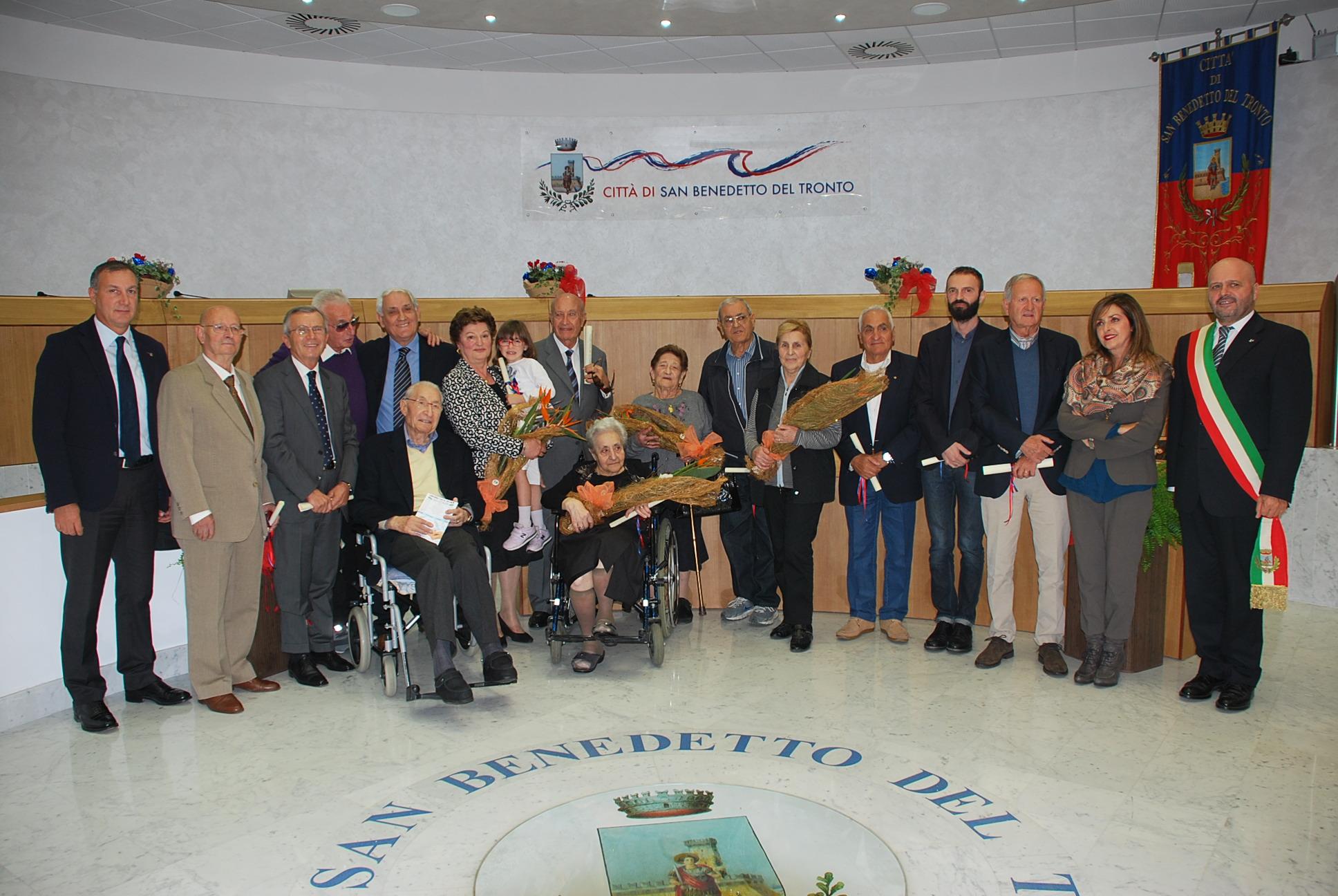 """La foto di gruppo dei premi """"Gran Pavese Rossoblù 2013"""""""