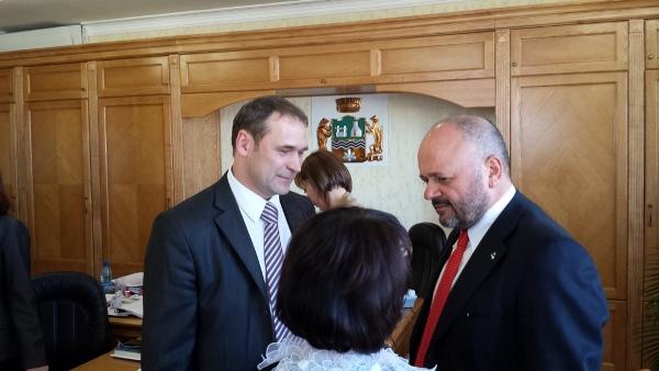 Gaspari con il sindaco del rione di Verkh Isetsky