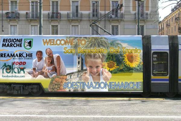 Il tram con il messaggio che pubblicizza San Benedetto, il Piceno e la Regione Marche