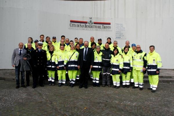 Il gruppo di Protezione civile comunale con il Sindaco Gaspari, il vice Fanini e il Comandante della Polizia Municipale D'Angeli