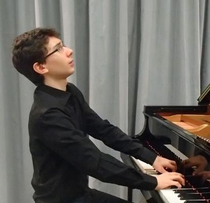 Il giovane Francesco Granata al pianoforte