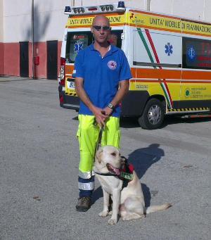 Il volontario Massimiliano Galletti ed il suo cane Byron