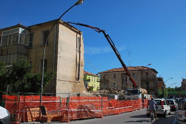 Alcune fasi della demolizione degli edifici