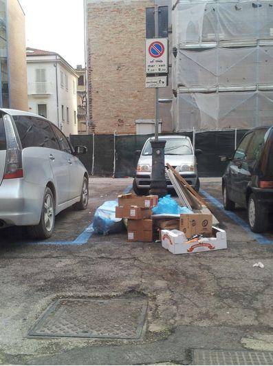 I rifiuti in piazza Ancona dopo il servizio degli agenti della Polizia Municipale