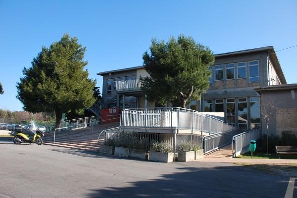 """La facciata della scuola """"Cappella"""" dopo gli interventi di riqualificazione"""