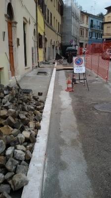 I lavori in corso sui marciapiedi di via Fileni