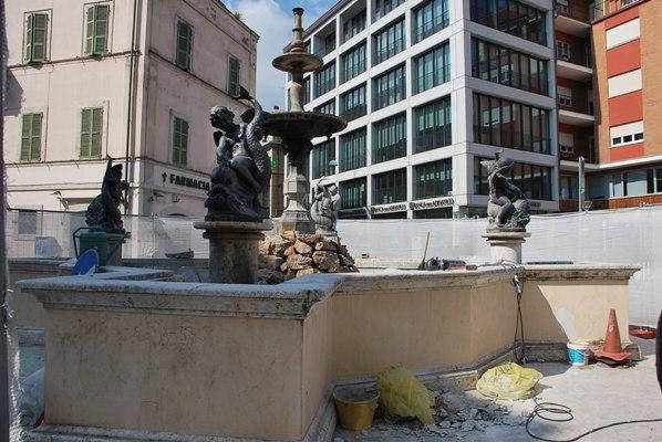 I lavori in corso sulla fontana di piazza Matteotti