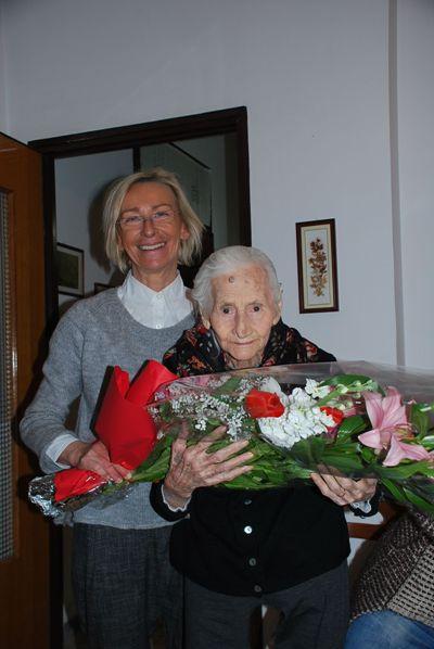 La signora Concetta Verdecchia durante i festeggiamenti per i suoi 100 anni