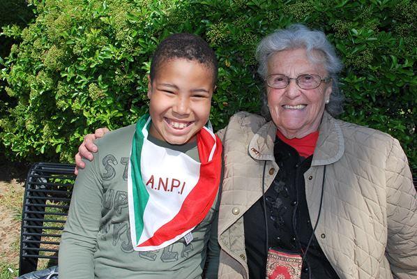 """Un piccolo """"neo - partigiano"""" con la nonna durante la cerimonia del 25 aprile 2015"""