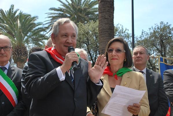 Ian De Souza e Annelise Nebbia mentre intervengono nella cerimonia del 25 aprile 2015