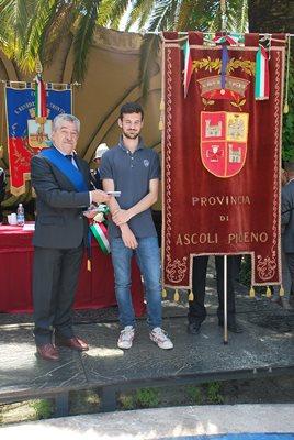 Giovane diciottenne di Massignano con il consigliere provinciale Bruno Menzietti