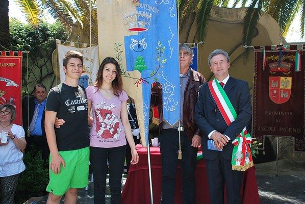 Giovani diciottenni di Montedinove con il sindaco Antonio Del Duca