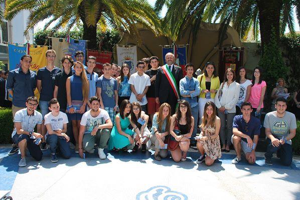 Giovani diciottenni di San Benedetto del Tronto con il sindaco Giovanni Gaspari