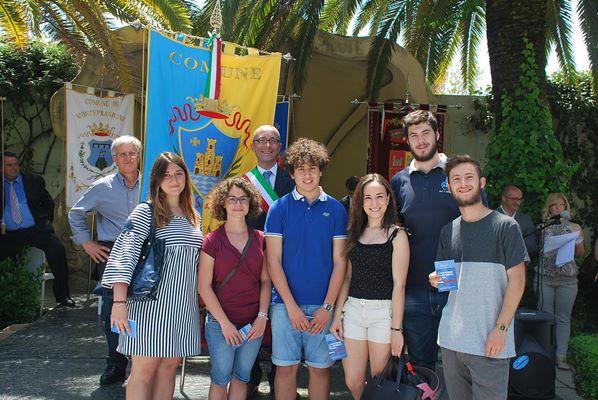 Giovani diciottenni di Acquaviva Picena con il sindaco Pierpaolo Rosetti
