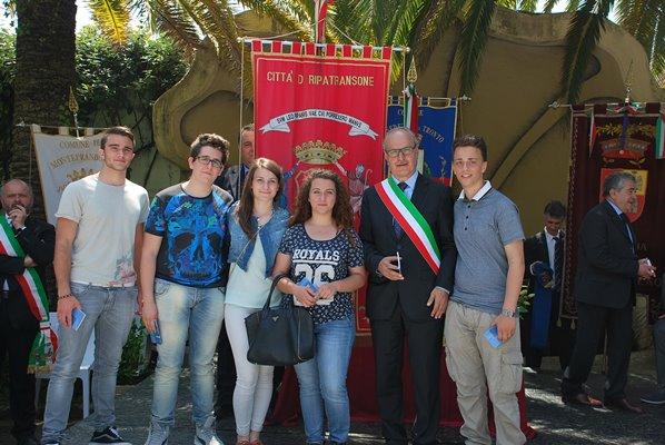 Giovani diciottenni di Ripatransone con il sindaco Remo Bruni