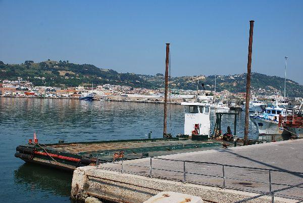 """Il pontone """"Massimo"""" alla banchina"""