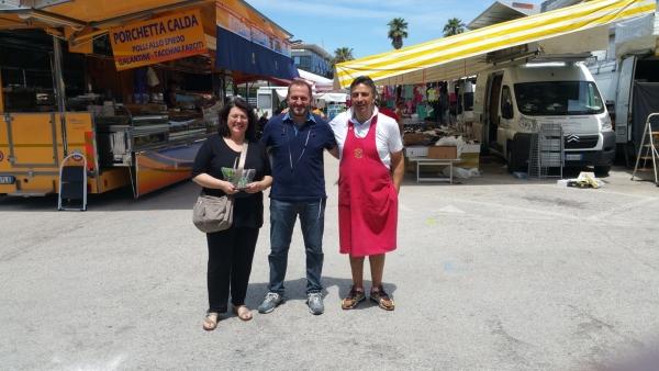 Il consigliere Morganti con un operatore e la responsabile Confcommercio di San Benedetto