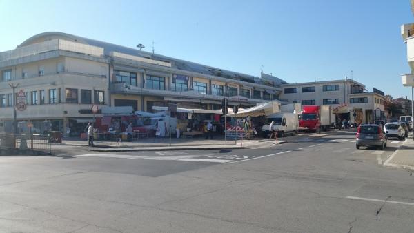 La sistemazione temporanea del mercato in via Toti