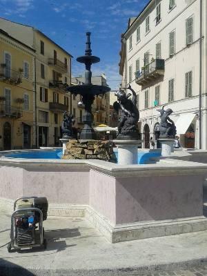 L'angioletto è stato riposizionato sulla fontana di piazza Matteotti