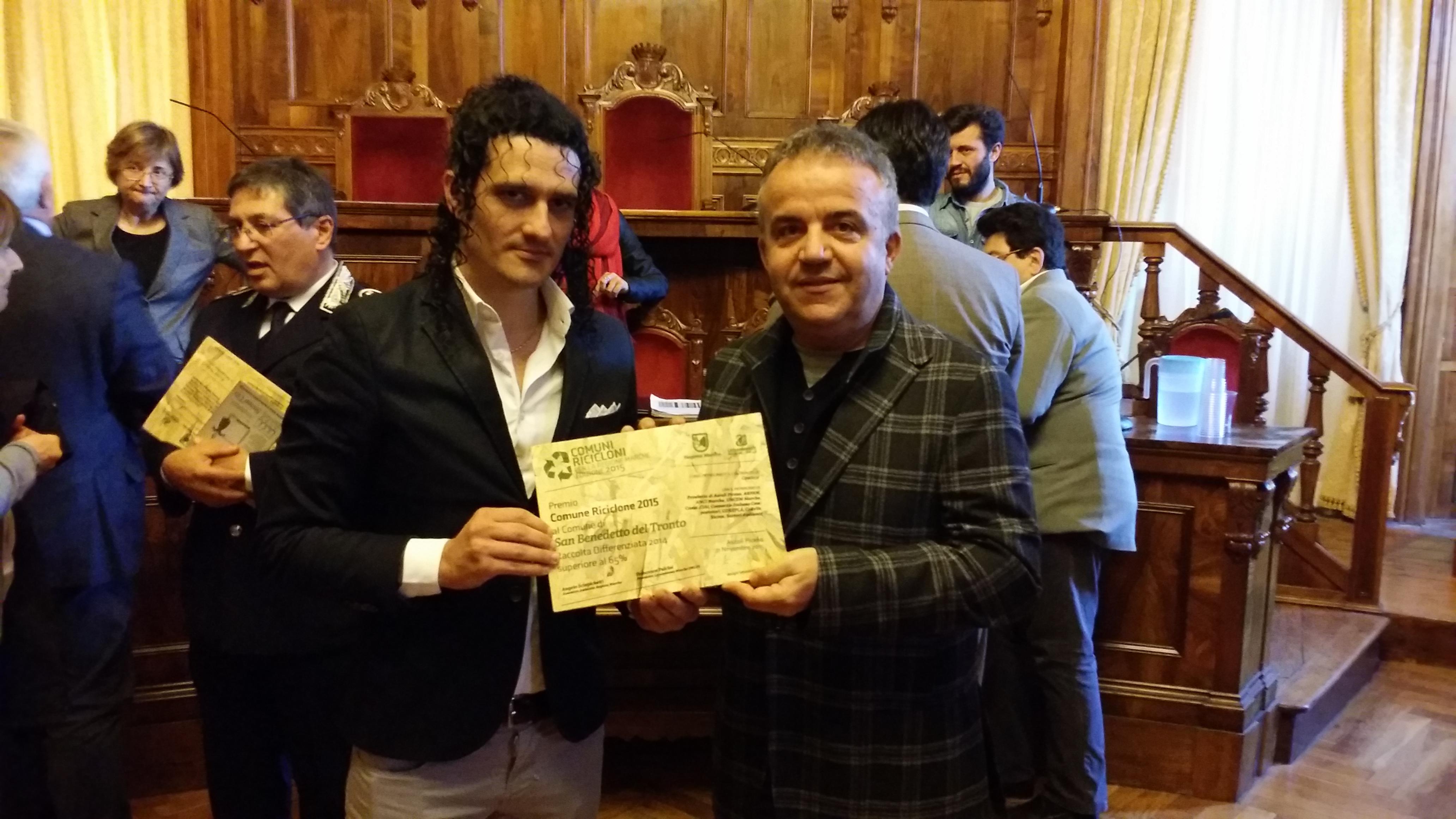 """Il consigliere Andrea Marinucci riceve la targa per """"Comuni Ricicloni delle Marche"""" edizione 2015"""