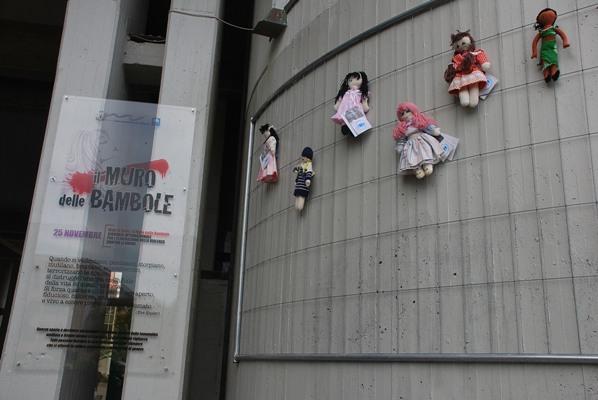"""Alcune immagini dell'inaugurazione de """"Il muro delle bambole"""""""