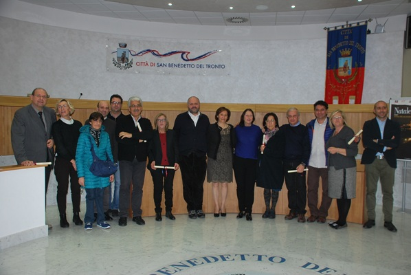 La foto di gruppo di Amministratori e dipendenti premiati