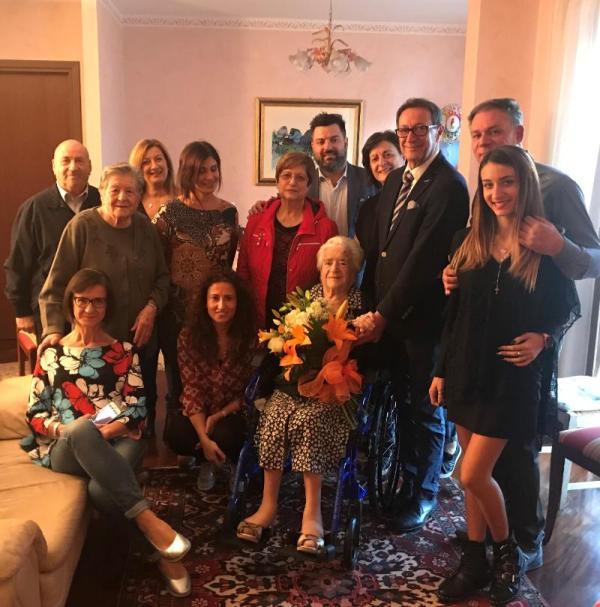 La signora Nerina con i familiari e gli amministratori comunali