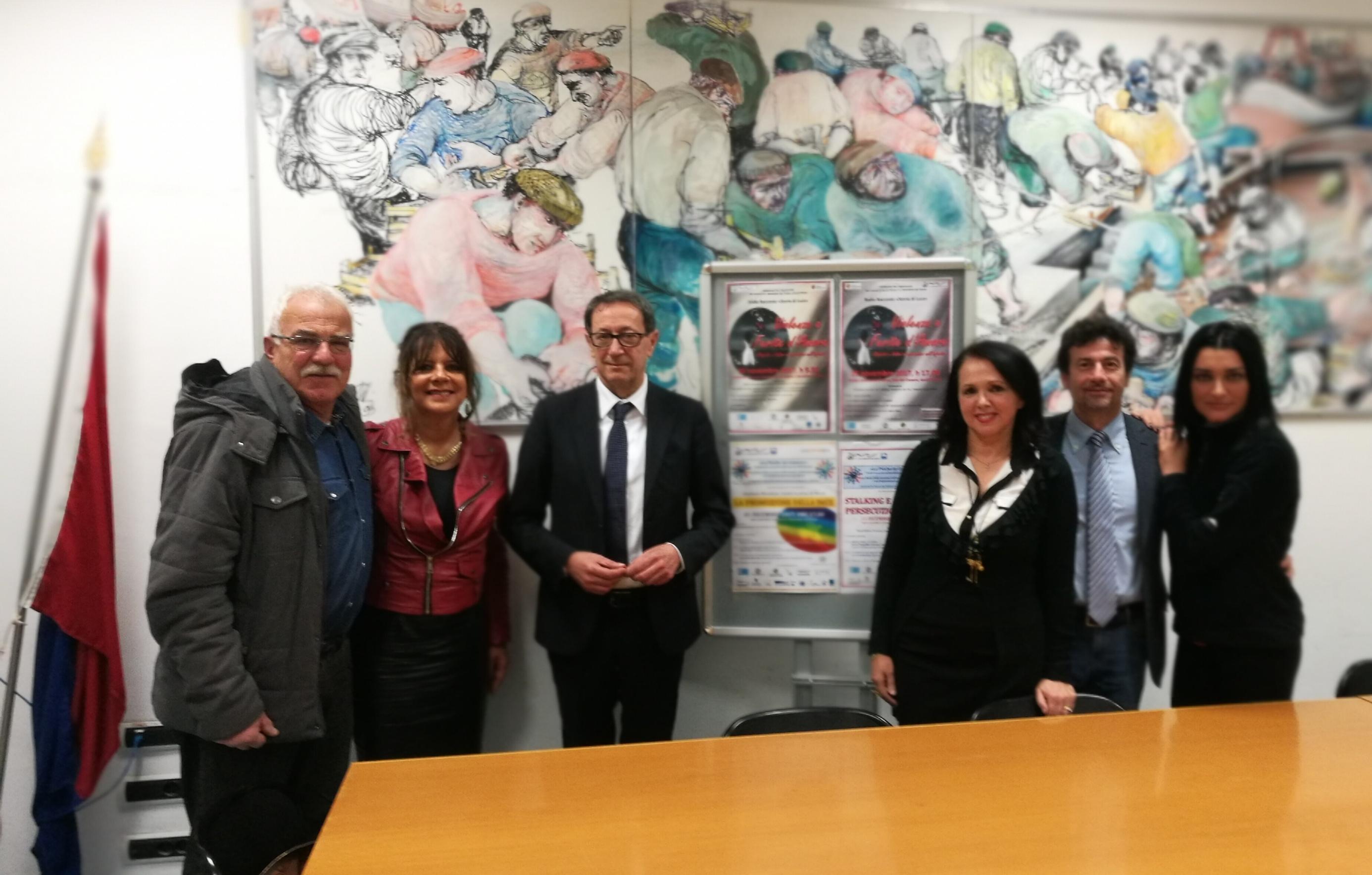 Il sindaco Piunti e l'assessore Baiocchi con i componenti la Commissione Anti Violenza (da sinistra: i consiglieri comunali Gabriele Pompili, Brunilde Crescenzi, Gianni Balloni, Antonella Croci)