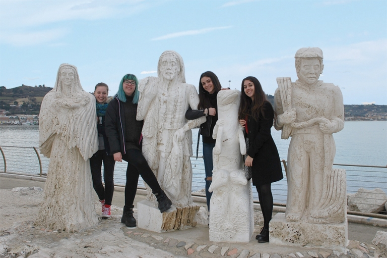 Le quattro studentesse con le sculture del molo sud