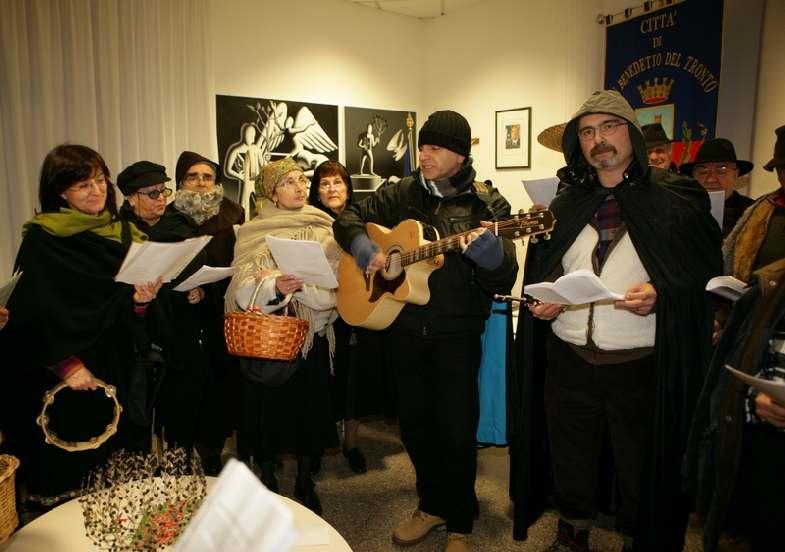 """I """"Cantori della Pasquella"""" o """"Cantori di Sant'Antonio"""", in Comune, durante l'edizione del 2010"""