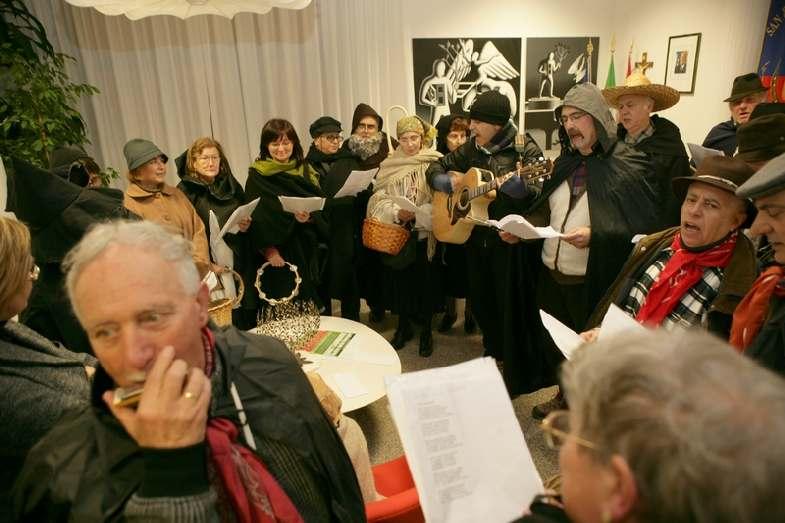 Un altro momento dei cantori in Comune, guidati dal maestro Fabrizio Urbanelli