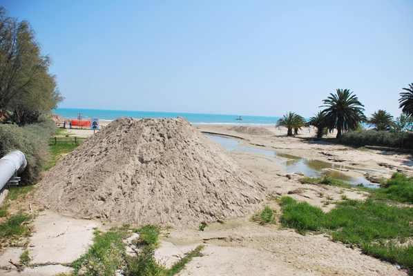 Un momento della pulizia della spiaggia
