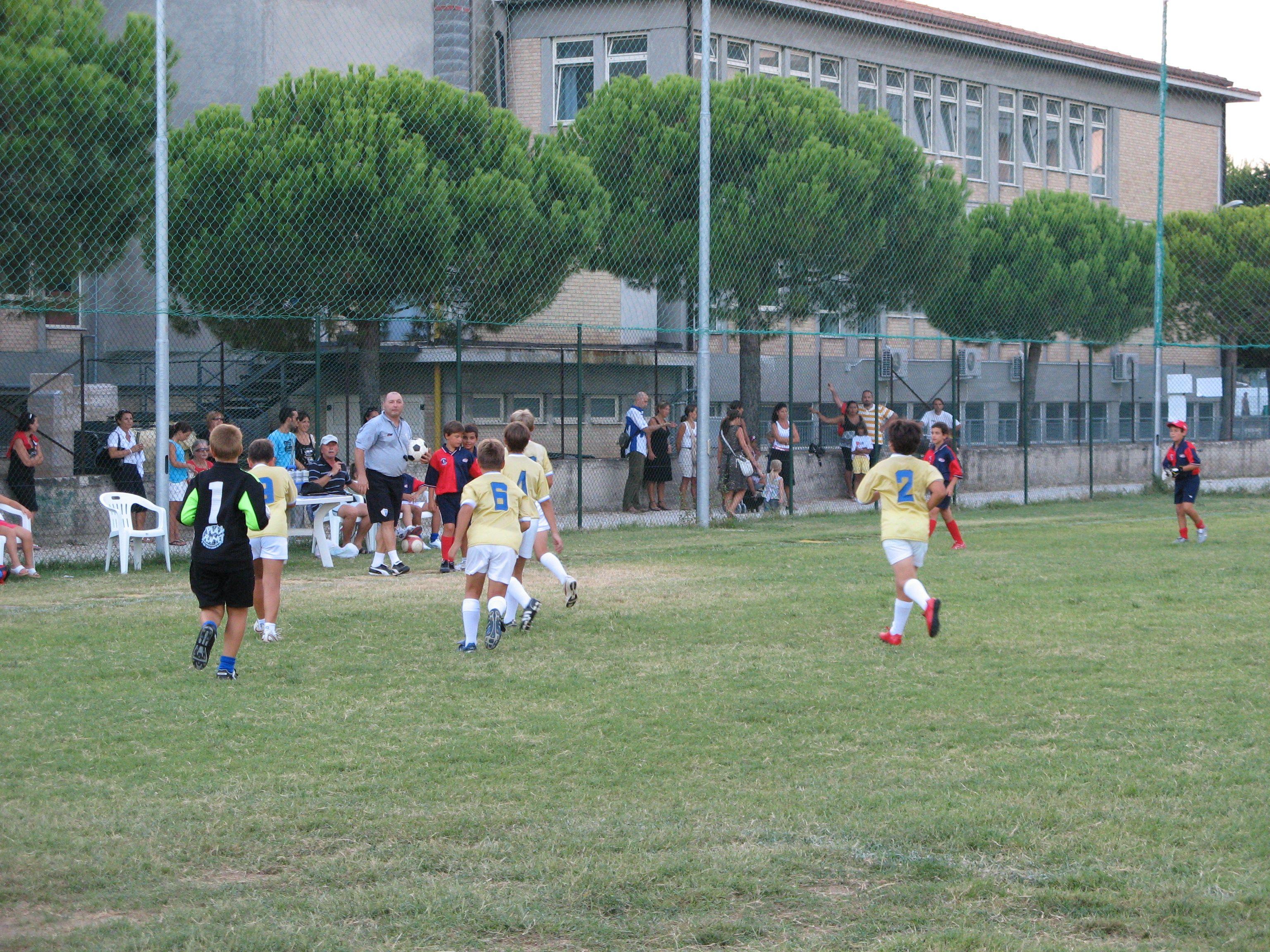 Partita di calcio in uno dei nuovi campi sportivi