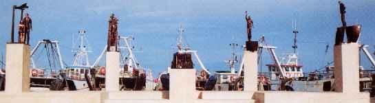"""""""il mare, il ritorno"""", opera situata sulla banchina portuale """"Malfizia"""", in onore di tutti coloro che hanno perso la vita in mare"""